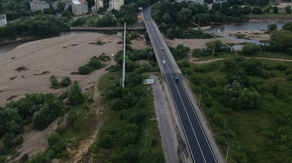 In two days, the approach road in Cherniiv has become a hallmark of Ivano-Frankivsk