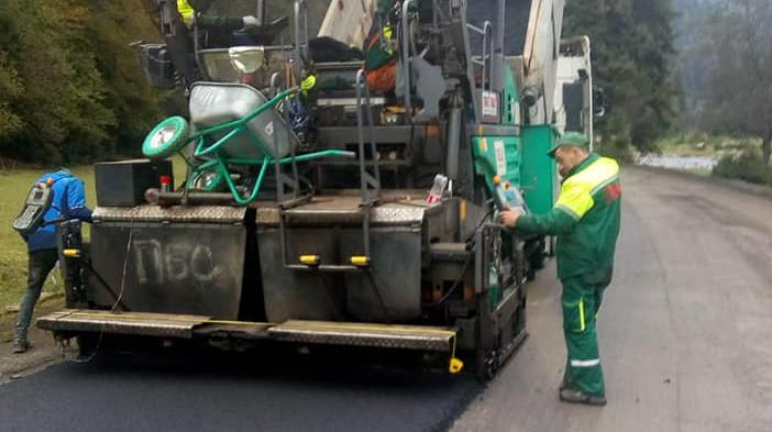 Pressing asphalt concrete in Synevyrska Poliana