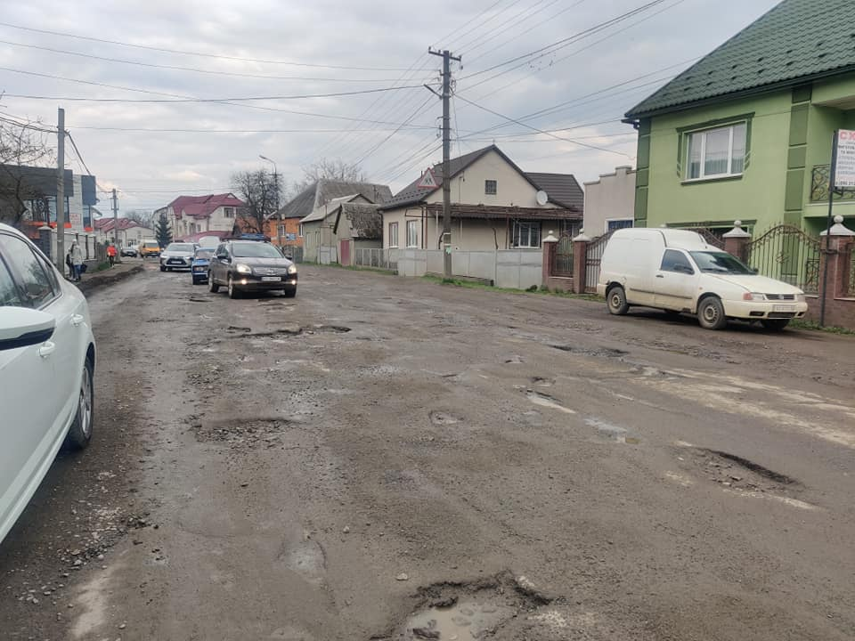 Road surface loosening commencing on the road P-21 Dolyna - Khust in the Zakarpattia region