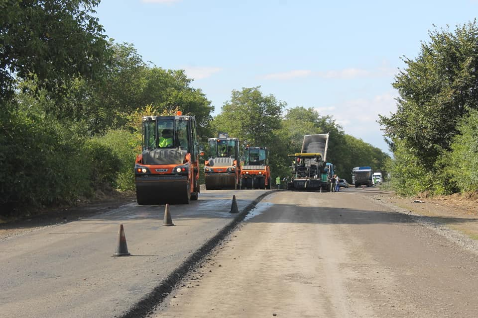The Р-20 Sniatyn - Tiaziv road is being repaired