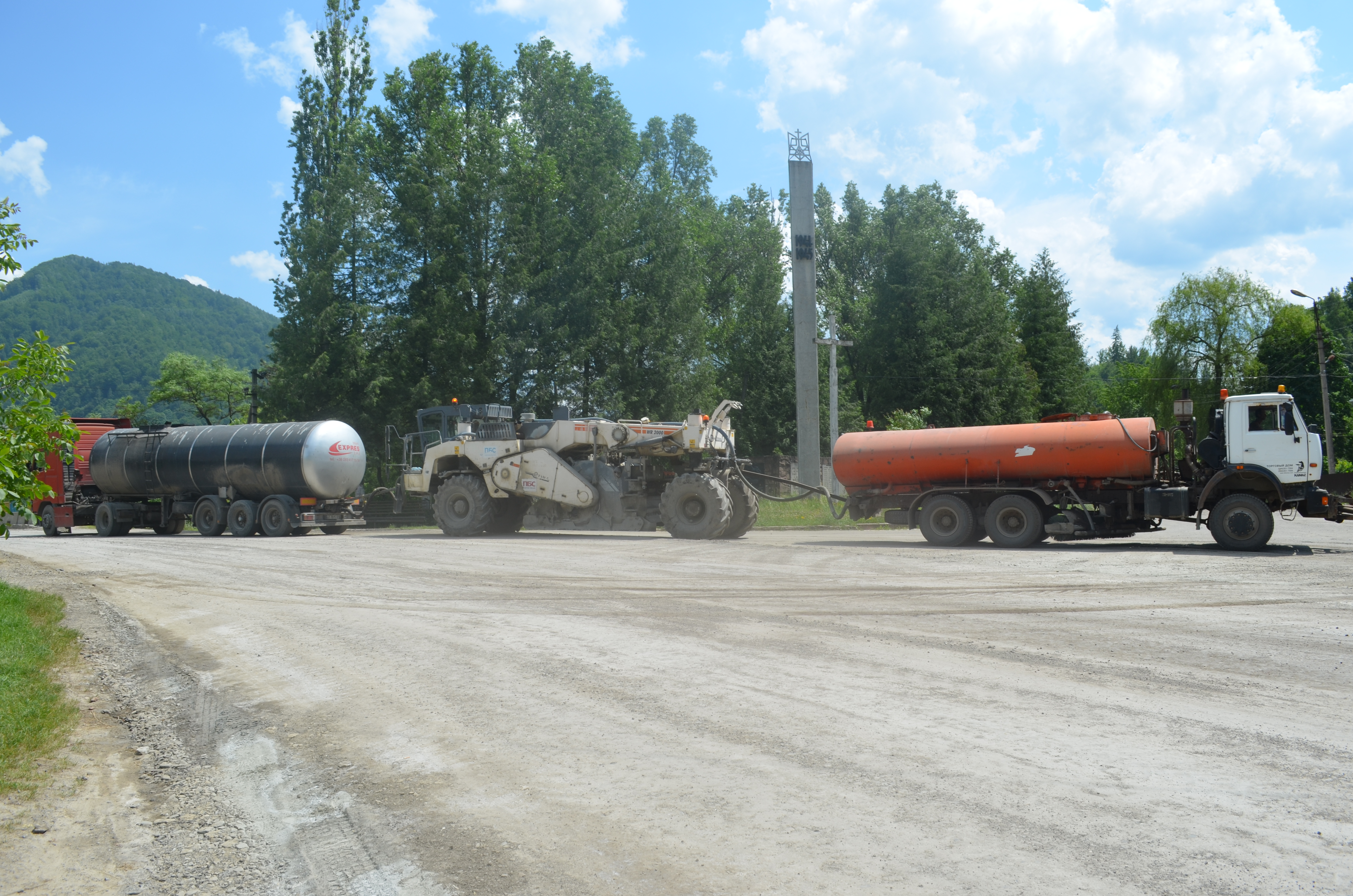 Repairing the Р-62 road in Velykyi Rozhyn