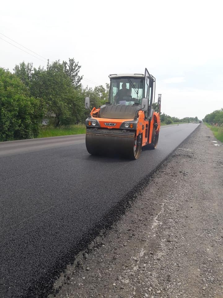 Upper asphalt concrete layer being installed in Piylo
